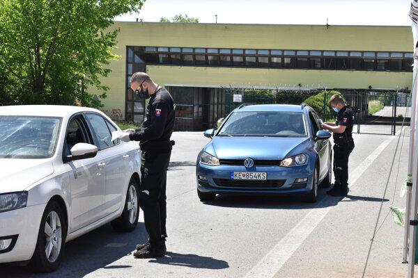 Kontrola na hranici v Milhosti, ľudia odovzdávali potvrdenia.