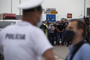 Ľudia čakajúci na spustenie aplikácie eKaranténa blokujú hraničný priechod Bratislava - Jarovce v smere na Slovensko.