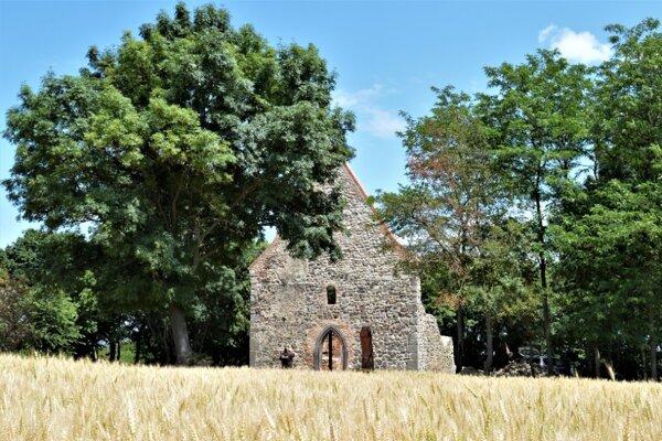 Veľká Čalomija je známa aj vďaka upravenej ruine románsko-gotického kostola.