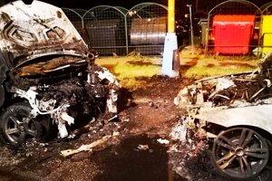 Zničené autá po nočnom požiari.