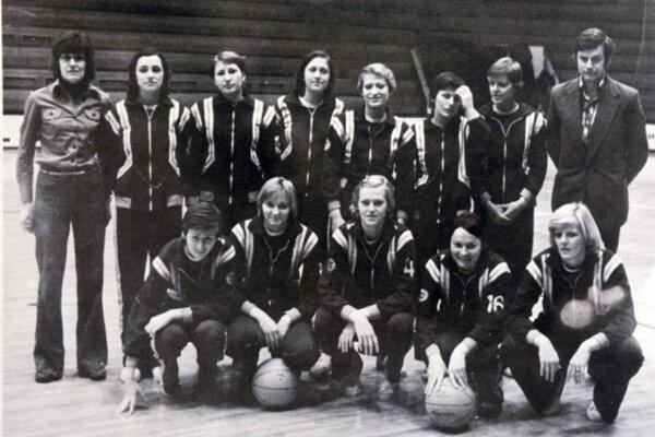 M. Čintalová-Lukáčová (horný rad - druhá sprava) na tímovej fotke TJ Lokomotíva Košice.