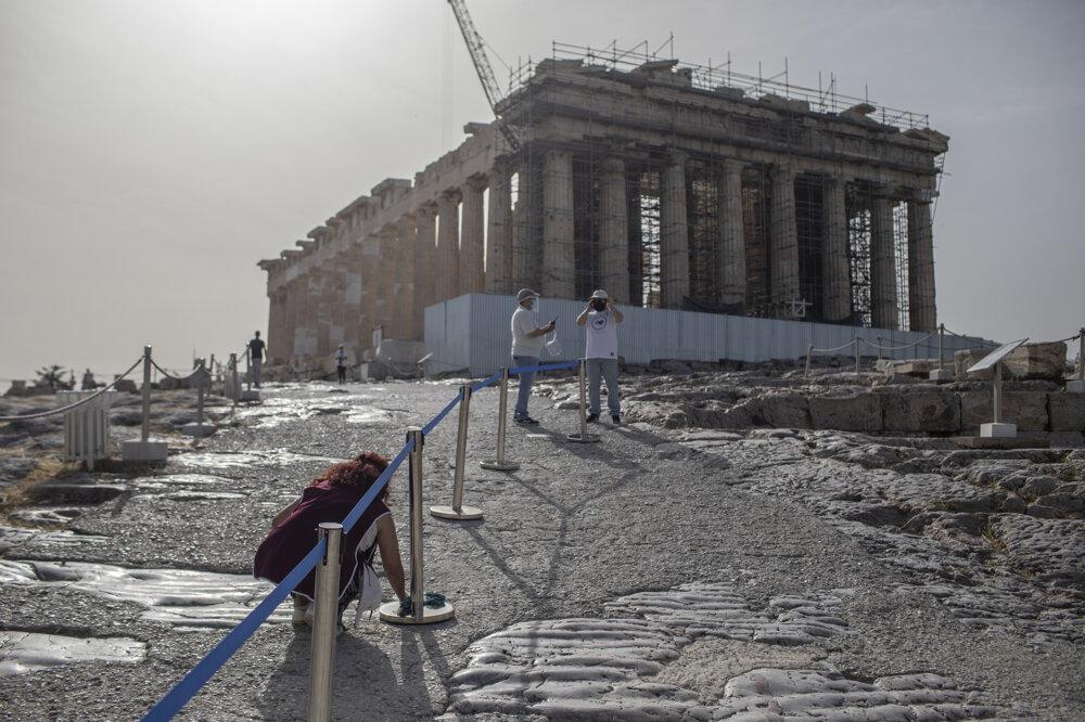 Parthenón v Aténach na fotografii z 18. marca 2020.