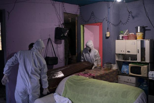Pracovníci odvážajú truhlu s obeťou nákazy Covid-19 v meste  Manaus.