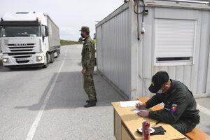 Na hraniciach sú stále kontroly.