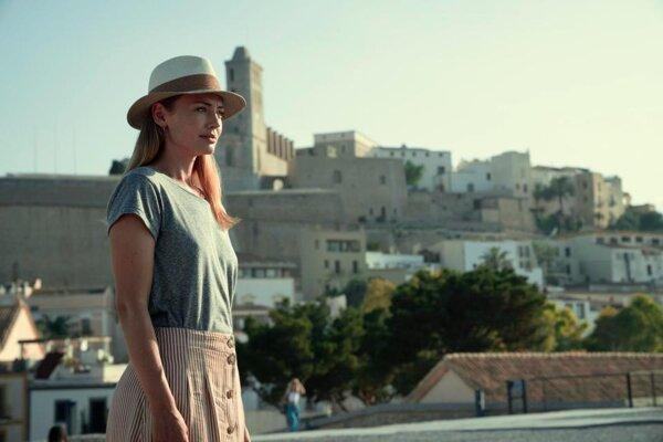 Laura Haddock ako Zoe v seriáli White Lines na Netflixe