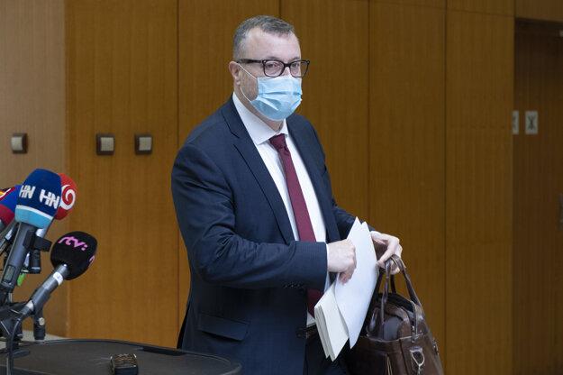 Minister práce, sociálnych vecí a rodiny Milan Krajniak počas príchodu na 22. schôdzu vlády.