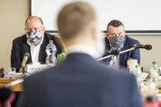 Generálny riaditeľ RTVS Jaroslav Rezník, predseda parlamentu Boris Kollár (chrbtom) a predseda Rady RTVS Igor Gallo.