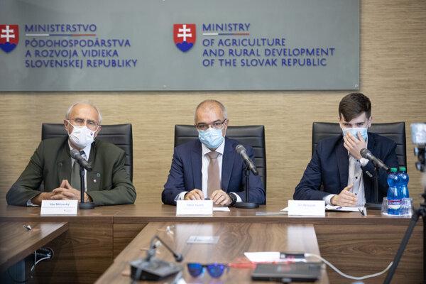 Zľava minister Ján Mičovský, generálny riaditeľ PPA Tibor Guniš a syn zbitého farmára Ivo Belejčák.