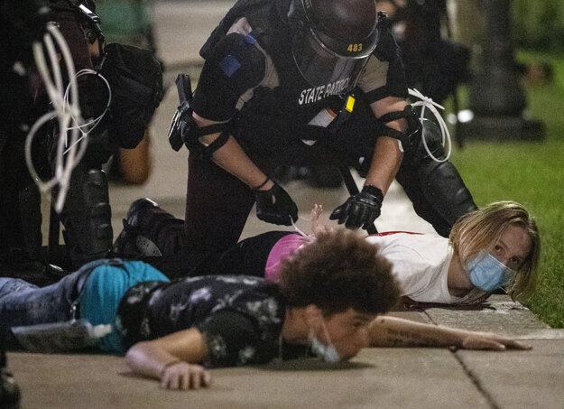 Zatýkanie demonštrantov v meste St. Paul.