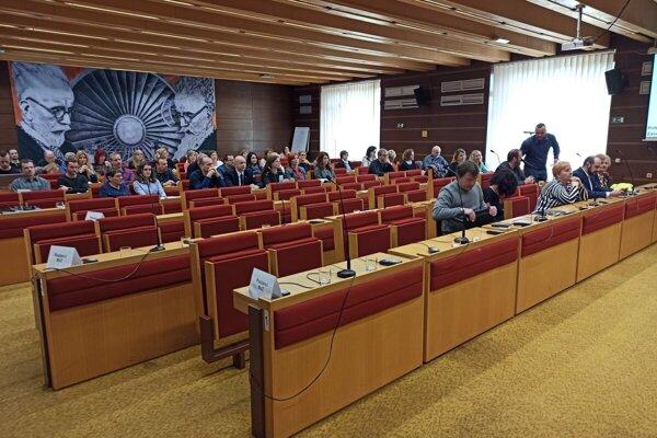 Na štvrtkovom rokovaní mestského zastupiteľstva budú môcť kandidáti predstúpiť pred poslancov.