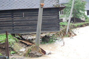Drevenica ostala visieť nad vodou. 2008.