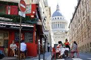 Ľudia na terase kaviarne v Paríži.