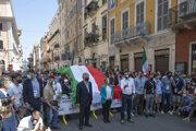 Zľava Antonio Tajani zo strany Forza Italia, líderka hnutia Bratia Talianska (FDI) Giorgia Meloniová a líder pravicovej Ligy Severu Mateo Salvini počas protivládneho zhromaždenia v Ríme.