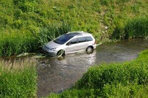 Auto z rieky vytiahla odťahová služba.