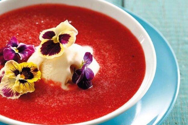 Jahodová polievka s fialkami