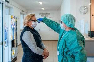 Pri vstupe do nemocnice zdravotníci naďalej bezkontaktne zmerajú teplotu a prebieha osobná triáž pacientov.  Tí by potom v interiéri mali dodržiavať od seba bezpečnostné dvojmetrové odstupy.