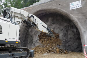 Začiatok razenia tunelovým bagrom.