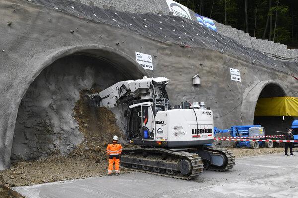 Tunel Bikoš ako súčasť rýchlostnej cesty R4 Prešov a severného obchvatu mesta začali raziť od severného portálu.