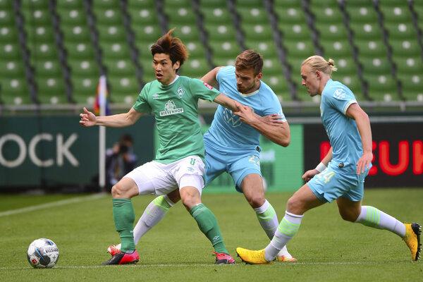 Yuya Osako (vľavo) v súboji s Marinom Pongračićom a Xaverom Schlagerom v zápase Bundesligy Werder Brémy - Vfl Woflsburg.