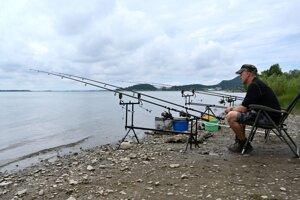 Jeden z rybárov, čakajúci na záber.