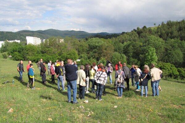 Občianska rada Fončordy a obyvatelia sa zišli priamo na mieste, kde je výstavba plánovaná.