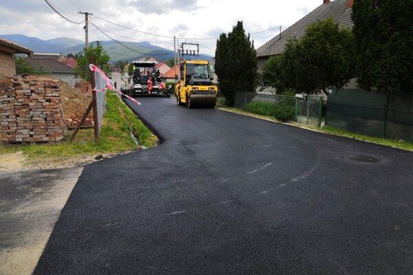Napriek finančným výpadkom pre koronakrízu sa v obci rozhodli opraviť najhoršie cesty.