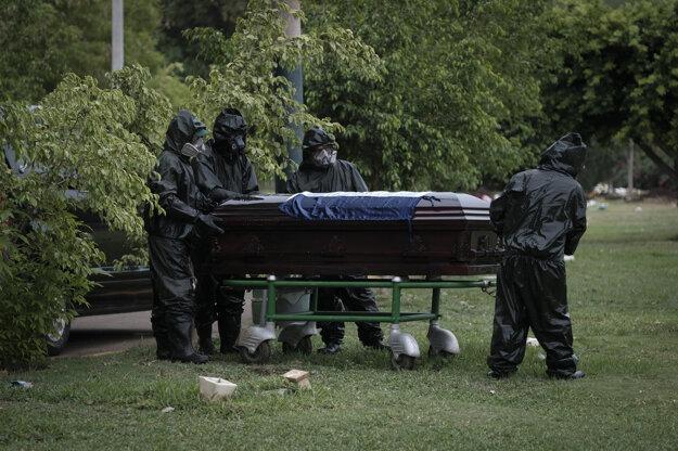 Pohreb na cintoríne Jardines del Recuerdo v Manague.