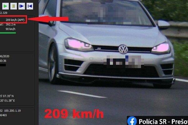 Vodič prekročil povolenú rýchlosť viac než dvojnásobne.