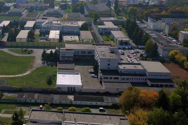 Väznica v Šaci. Tesne pri administratívnej budove (v strede) sú ešte stromy, ktoré boli vyrúbané.
