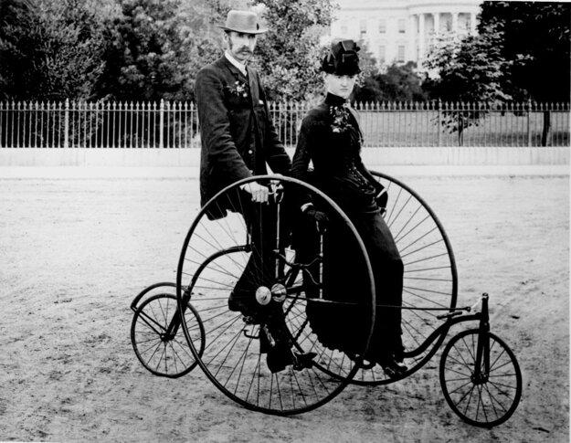 Kvadrocykel pre dvoch, 1886. Dámy mohli sedieť na sedačke s nohami pri sebe.