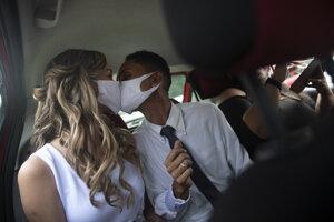 Koronavírus vo svete: Nevesta a ženích v brazílskom Rio de Janeiro 28. mája 2020.