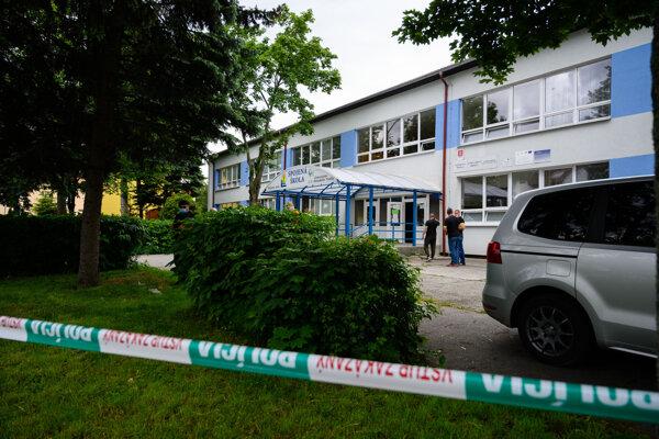 V základnej škole vo Vrútkach vo štvrtok vyčíňal útočník s nožom.