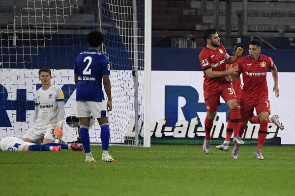Hráč Leverkusenu Paulinho  (vpravo) oslavuje so spoluhráčom Kevinom Vollandom úvodný gól do bránky Schalke.