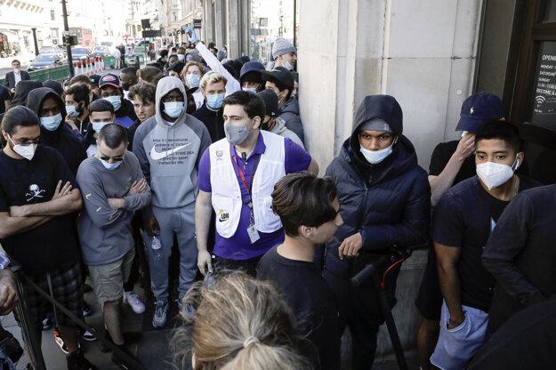 Koronavírus vo svete: Ľudia čakajú v rade pred obchodom Niketown v Londýne 15. júna 2020.