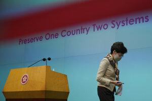 Správkyňa Hongkongu Carrie Lamová odchádza po tlačovej konferencii.