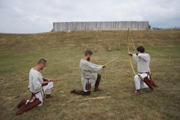 Lukostrelci trénujú v dobovom oblečení.