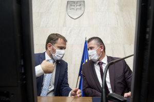 Premiér Igor Matovič (vľavo) a minister vnútra Roman Mikulec počas stredajšieho rokovania vlády.