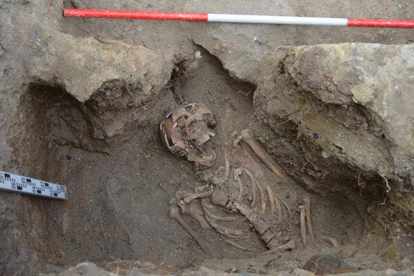 Prekvapivý nález kostier sa udial počas budovania prístupovej cesty. Tento nájdený jedinec mal prestrelenú lebku.