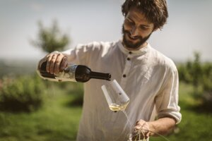 Víno Bažalík: žije v maringotke a predáva biovína bez chémie