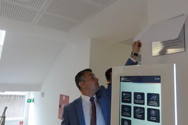 Samir Moumani pri odhalení pamätnej tabule.
