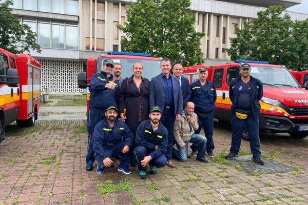Členovia DHZ Mýtna (aj s ministrom Mikulcom) pri preberaní vozidla v Banskej Bystrici.