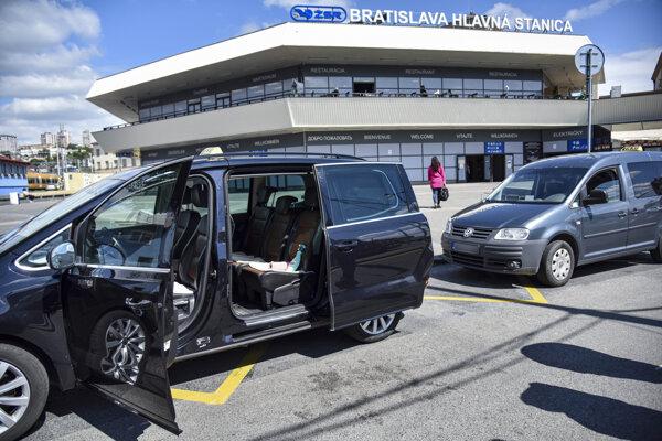 Za prísnych hygienických podmienok môžu fungovať aj taxislužby.