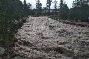 Rozvodnený Studený potok v Starej Lesnej.