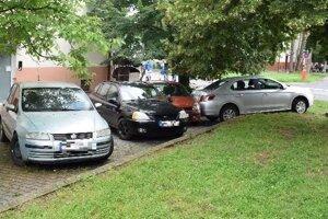 Takto zaparkoval opitý muž vo Veľkom Krtíši.