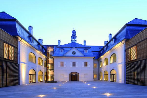 Uzavreté nádvorie hotela, pohľad na historickú budovu.