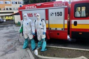 Hasiči z Korne sa chystajú na dezinfekciu priestorov Kysuckej nemocnice.