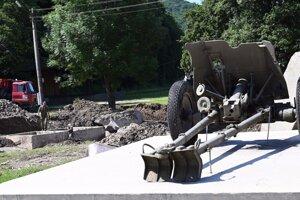 Ukladanie podkladových panelov pod pontónový most príslušníkmi Ozbrojených síl SR a pracovníkmi SVP.