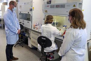 Britský princ William na návšteve testovacieho tímu pre vakcínu proti koronavírusu SARS-CoV-2.