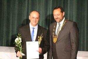 Ocenenie zaslúžilý športovec, tréner, funkcionár si prevzal z rúk primátora mesta Otokara Kleina aj jubilant Barnabáš Kováč.