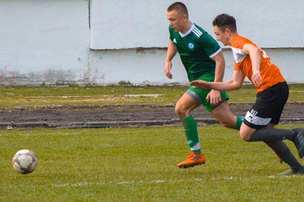 Róbert Rábik (v zelenom) v drese FK Čadca v zápasovom súboji.